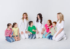 Enfants avec des brosses à dents et des médecins sur le blanc Photos libres de droits