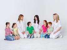 Enfants avec des brosses à dents et des médecins sur le blanc Photo libre de droits