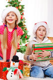 Enfants avec des cadeaux de Noël Photos libres de droits