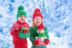 Enfants avec des cadeaux de Noël Images libres de droits