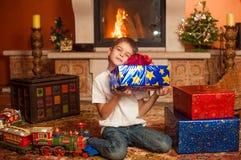 Enfants avec des cadeaux par la cheminée Image libre de droits