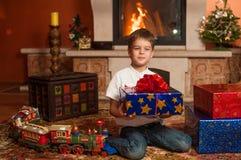 Enfants avec des cadeaux par la cheminée Photos libres de droits
