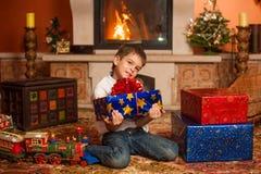 Enfants avec des cadeaux par la cheminée Images libres de droits