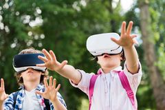 Enfants avec des casques de vr Photo stock