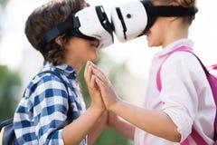 Enfants avec des casques de vr Images libres de droits