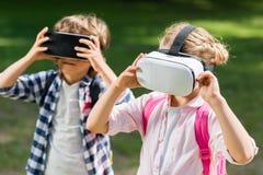 Enfants avec des casques de vr Photographie stock libre de droits