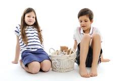 Enfants avec des chatons Images stock