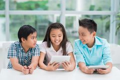 Enfants avec des comprimés Image libre de droits