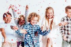 Enfants avec des confettis Photos stock