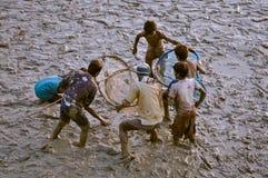 Enfants avec des filets dans le Bengale-Occidental Image libre de droits