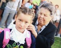 Enfants avec des fleurs le premier jour d'école à Moscou Photographie stock libre de droits