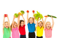 Enfants avec des légumes Photographie stock libre de droits