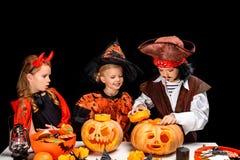 Enfants avec des lanternes du cric o de Halloween Photo stock