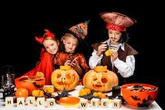 Enfants avec des lanternes du cric o de Halloween Photo libre de droits