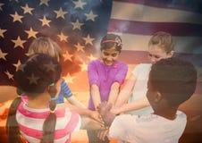 Enfants avec des mains ensemble contre le drapeau américain Photographie stock