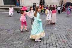 Enfants avec des masques de carnaval Photographie stock libre de droits