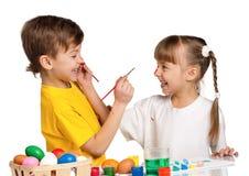 Enfants avec des oeufs de pâques Photographie stock