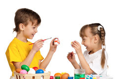 Enfants avec des oeufs de pâques Images libres de droits