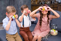 Enfants avec des oeufs de pâques Photos libres de droits