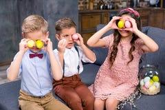 Enfants avec des oeufs de pâques Image libre de droits