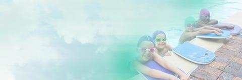Enfants avec des panneaux de palette apprenant dans la piscine avec la transition Photographie stock libre de droits