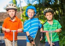 Enfants avec des panneaux et des scooters de patin Images stock
