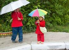 Enfants avec des parapluies Image libre de droits