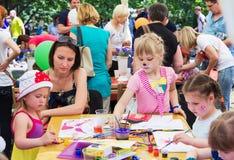 Enfants avec des parents participant à l'atelier de dessin Photos stock