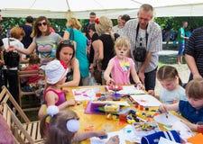 Enfants avec des parents participant à l'atelier de dessin Photographie stock