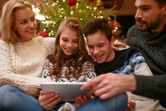 Enfants avec des parents des vacances de Noël ayant l'amusement Photographie stock
