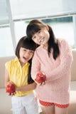 Enfants avec des pommes Image libre de droits