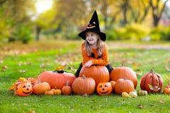 Enfants avec des potirons dans des costumes de Halloween images libres de droits