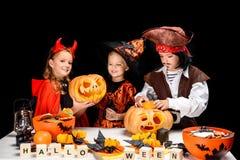 Enfants avec des potirons de Halloween Image stock