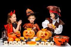 Enfants avec des potirons de Halloween Photo stock