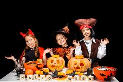 Enfants avec des potirons de Halloween Photographie stock