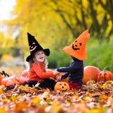 Enfants avec des potirons Halloween Images stock