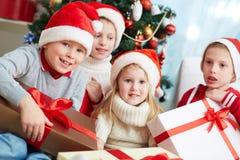Enfants avec des présents Photographie stock