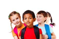 Enfants avec des sacs à dos Images libres de droits