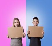 Enfants avec des signes de carton Image libre de droits