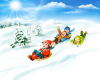 Enfants avec des traîneaux, neige - vacances heureuses d'hiver Photos libres de droits