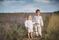 Enfants avec du charme sur le gisement de lavande au coucher du soleil Images libres de droits