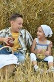 Enfants avec du lait et des beignets dans le domaine Images stock
