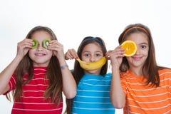 Enfants avec l'alimentation saine du fruit Image libre de droits