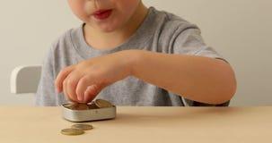 Enfants avec l'argent d'économie pour l'éducation banque de vidéos
