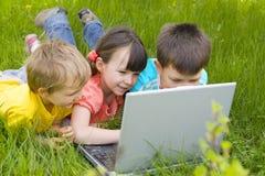 Enfants avec l'ordinateur Photographie stock libre de droits