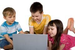 Enfants avec l'ordinateur portatif Photo libre de droits
