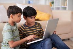Enfants avec l'ordinateur portatif Photographie stock