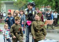 Enfants avec l'uniforme militaire mis dessus Célébration de Victory Day en parc de Moscou Vacances d'état de la Russie images stock