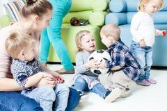 Enfants avec la boule de pied d'intérieur Photos libres de droits