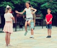 Enfants avec la corde à sauter chinoise image libre de droits